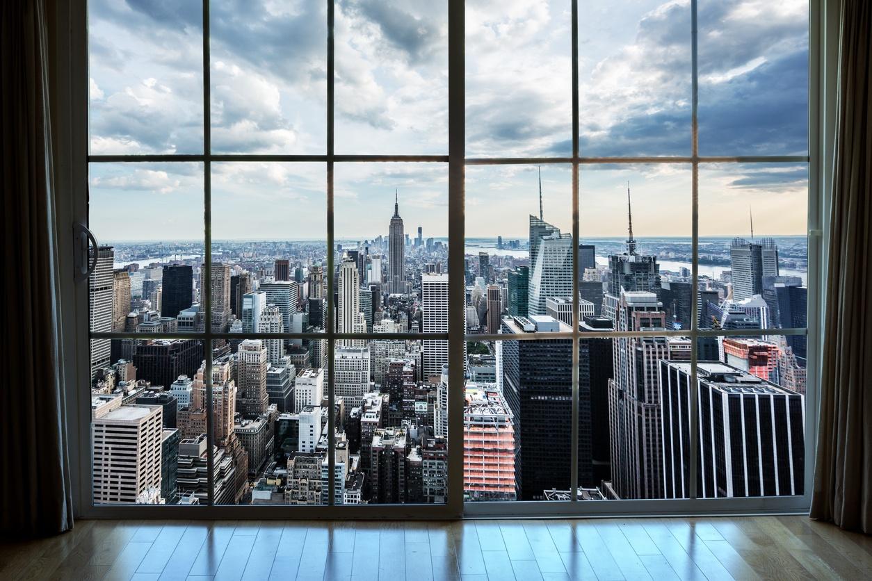 die uitkijkt over Manhattan onroerend goed vanuit een appartementraam...
