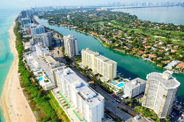 een luchtfoto van het strand en de wolkenkrabbers in Miami beach